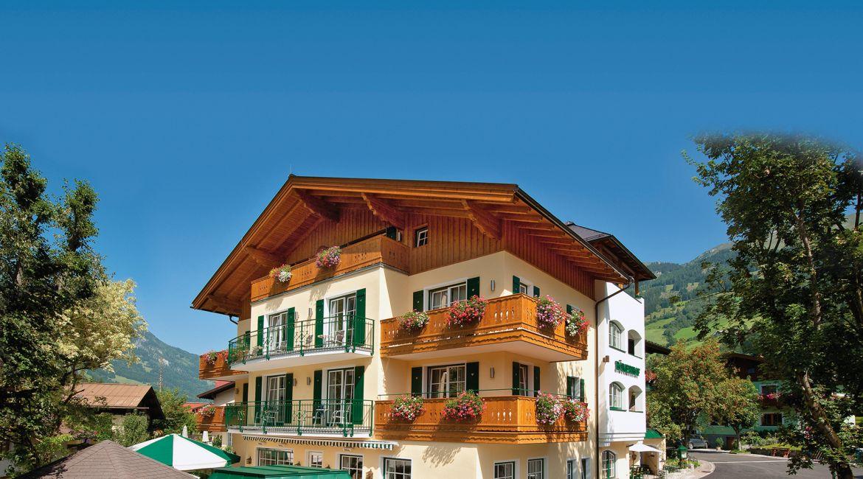 Landhotel Römerhof**** im Sommer.