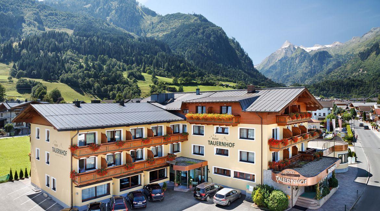 Hotel Tauernhof**** in Kaprun im Sommer.