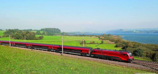 ÖBB Railjet am Wallersee im SalzburgerLand.