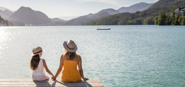 SalzburgerLand: Mutter und Tochter am See.